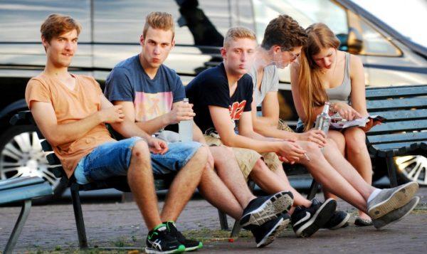 Подростки начинают курить за компанию