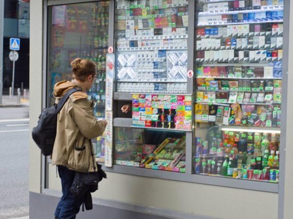 В ларьках запрещено продавать всю табачную продукцию