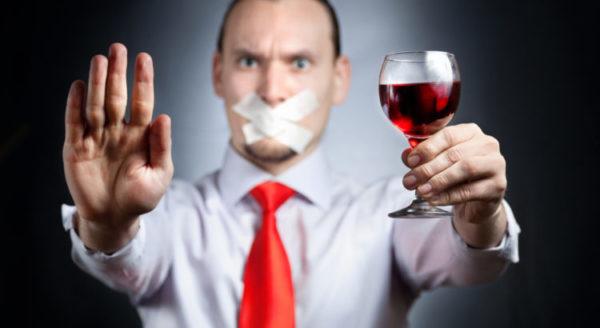 Употребление алкоголя больше порицается обществом