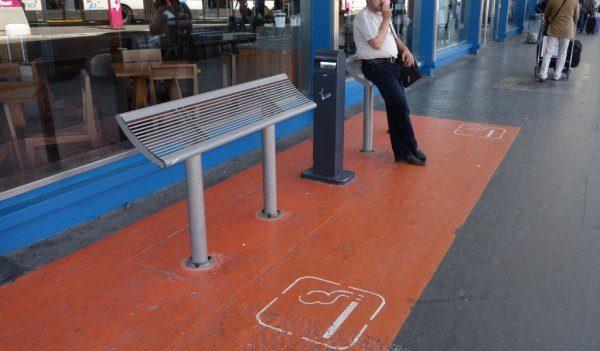 На улице есть специально оборудованные зоны для курения