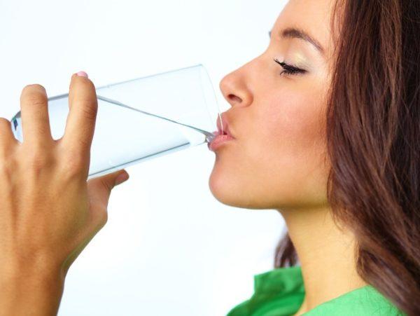 Чтобы восстановить голос, нужно пить много жидкости